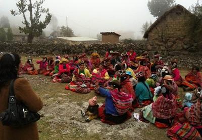 志工到訪秘魯山區的鄉村社群,教育群眾認識健康的飲食習慣和生活方式