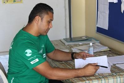 實習生在薩摩亞工作單位裡,檢查健康普查的結果