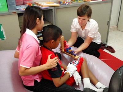 參與柬埔寨職業治療項目的志工正在刺激孩子的反應