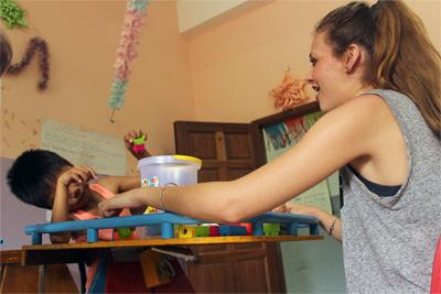 Projects Abroad志工在柬埔寨進行職業治療實習,幫助當地的孩子