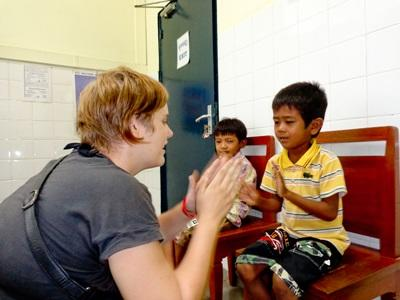志工在柬埔寨的職業治療項目與孩子玩遊戲