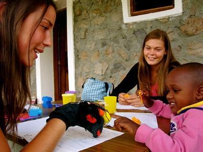 一名年幼的孩子參與Projects Abroad 志工帶領的教育活動