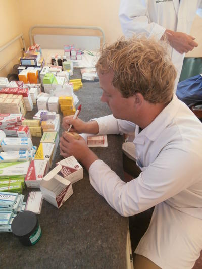 志工在藥劑學實習項目裡,協助配藥和進行包裝