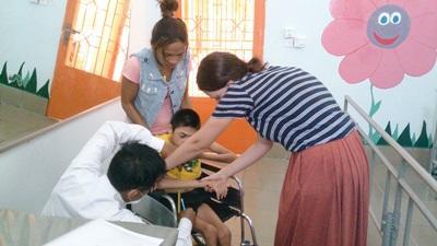 物理治療實習生幫忙診治柬埔寨的兒童