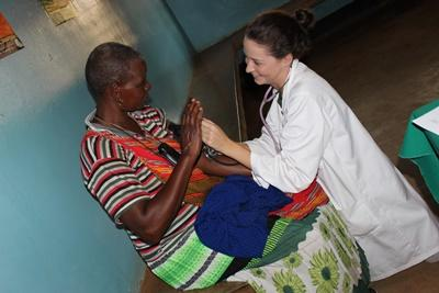 一名Projects Abroad女實習生在坦桑尼亞為病人進行治療