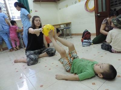 越南的孩子正在接受實習生的幫助,進行物理治療。