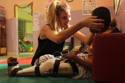 一名志工在照顧身心障礙者的中心進行志願服務