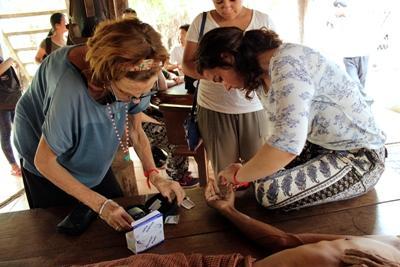 一名柬埔寨男子接受Projects Abroad公共健康項目實習生的診治