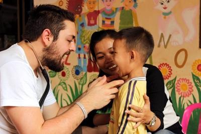 Projects Abroad公共健康項目的實習生,到訪柬埔寨一所幼兒園進行外展醫療活動