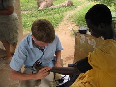 實習生參與公共健康項目,檢查加納年長婦女的心跳率