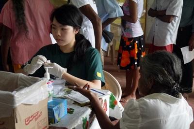 Projects Abroad公共健康實習生在哥林堡工作,量度斯里蘭卡一名女士的血糖數值