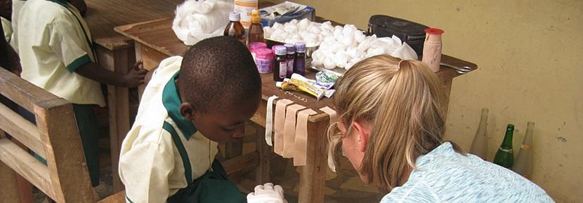 公共健康項目志工參與醫療外展計劃,幫助一名年幼男童包紮繃帶