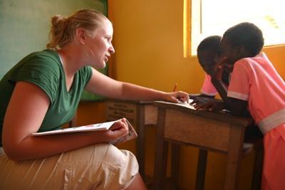加納孩子正在接受女志工的幫助
