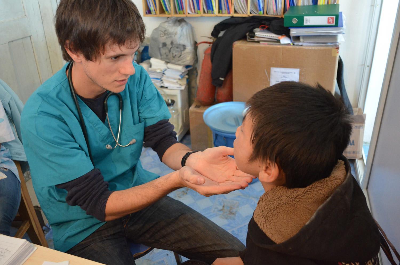 言語治療實習生在摩洛哥的診所裡幫助一名孩子進行治療