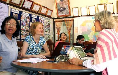 志工在柬埔寨和小型融資項目的參與者一起工作