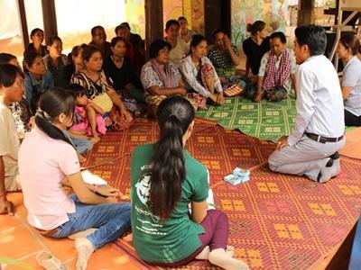 Projects Abroad 的小型融資項目實習生和我們的員工合力為項目參與者在金邊舉辦一個訓練課程。