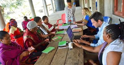 志工參與坦桑尼亞小型融資項目,訪問當地婦女,進一步了解國際發展的工作。