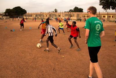在加納初中生志工營與當地孩子一起參與有趣的學習活動