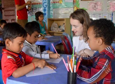 Projects Abroad 學生參與柬埔寨初中生志工營幫助當地的孩子