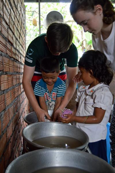 參與初中生志工營活動,在海外進行支援孩子的志工服務