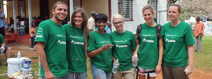 在牙買加舉行的復治節志工營活動進行社區建設工作