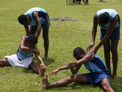 青年學生在學校進行田徑運動訓練之前做一些熱身運動