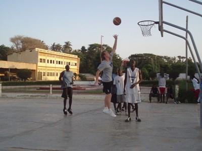 籃球志工教練在加納學校進行訓練期間示範扣籃技巧