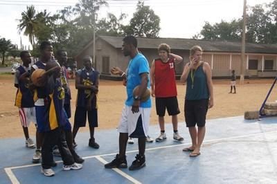 志工在加納的學校帶領球員進行籃球訓練