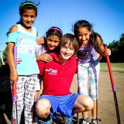 志工在阿根廷為學童進行體育指導和訓練
