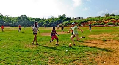 Projects Abroad志工在加納向學校的學生進行足球指導工作