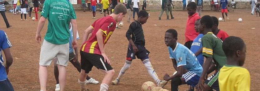 Projects Abroad志工在課後幫助兒童的社區體育指導工作