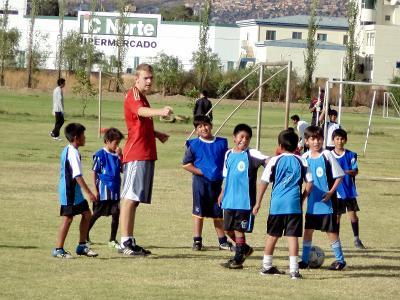 幼童快樂地和Projects Abroad志工上足球課