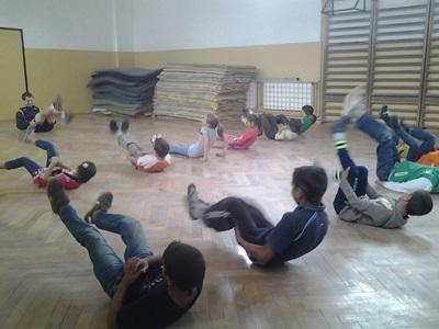 羅馬尼亞兒童和男志工一起做熱身操