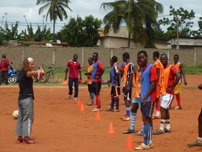 志工在多哥下課後的時間帶領一支學校球隊進行訓練