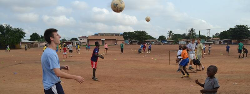 志工參與海外的體育項目在學校進行足球指導