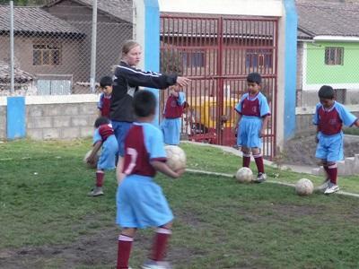 足球志工教練在秘魯指導學校的孩子踢球