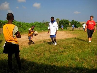 間隔年志工在加納指導學校的橄欖球球隊