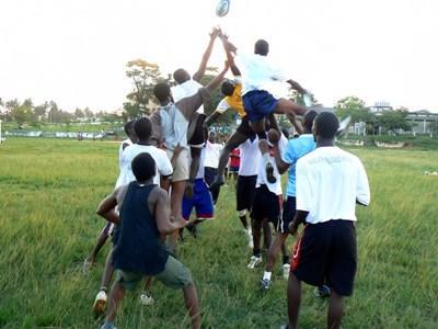 加納體育項目在校外的橄欖球訓練