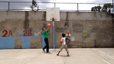 埃塞俄比亞兒童與Projects Abroad志工一起打籃球