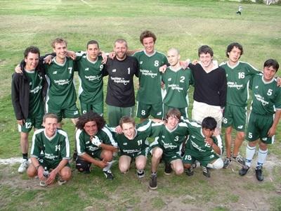 間隔年志工來到秘魯聖谷地區訓練一支學校足球隊