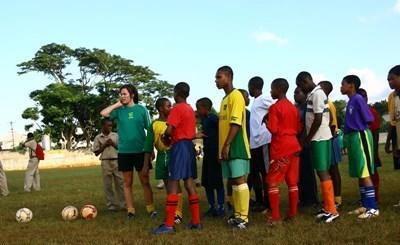 體育志工教練在牙買加學校指導學生