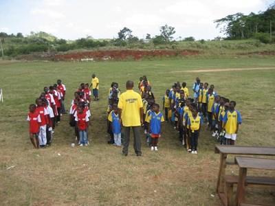 加勒比海國家牙買加的學童接受志工的指導與訓練