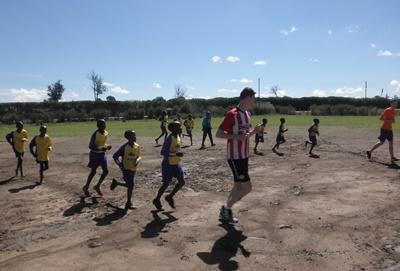 足球訓練之前,肯雅學童進行熱身操練