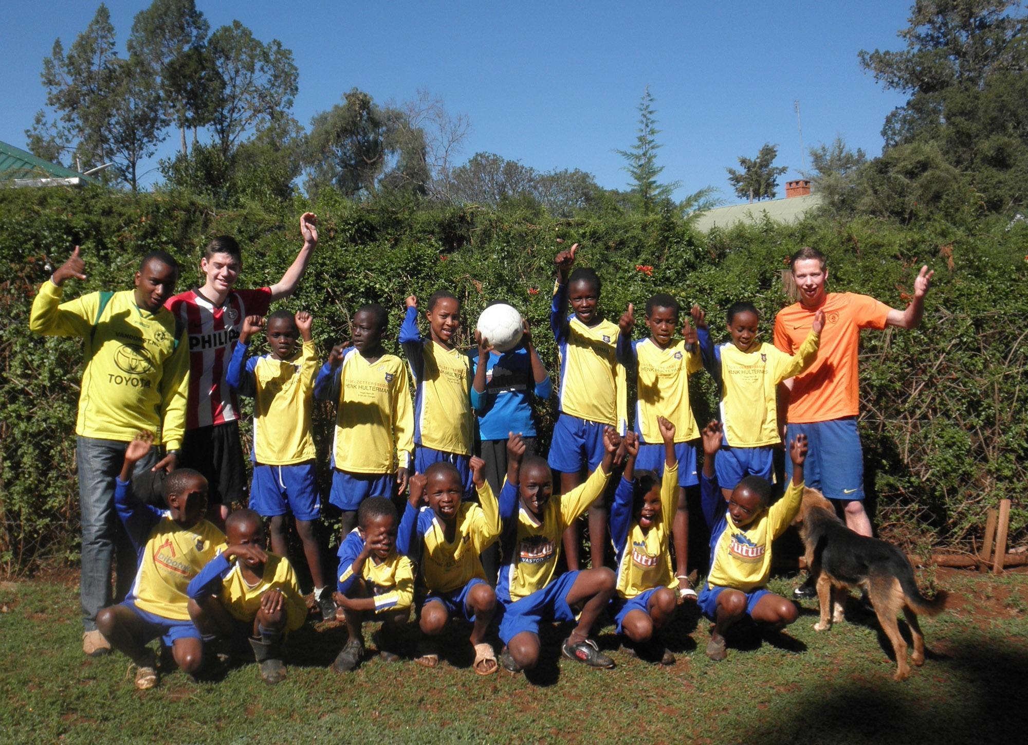 學校年輕的足球隊隊員與國際志工的合照