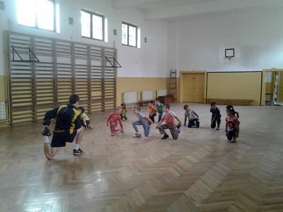 一群羅馬尼亞兒童參與志工帶領的體育課