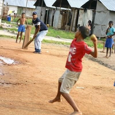 志工教練在斯里蘭卡指導學生打板球的技巧