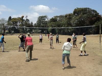 志工在非洲坦桑尼亞教導學校孩子打排球