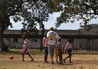 體育志工在坦桑尼亞學校教導孩子進行體育訓練