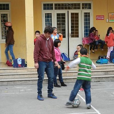 體育志工和越南學童一起做熱身運動
