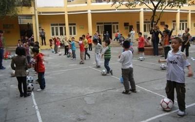 體育志工在越南教導一班學童上體育課